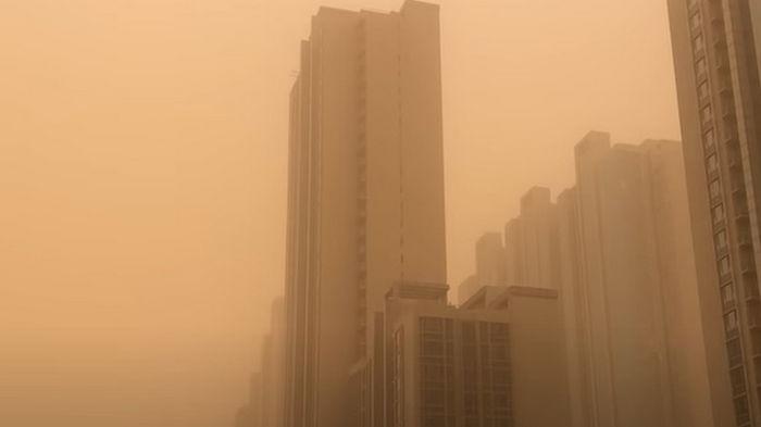В Китае крупнейшая песчаная буря забрала жизни шестерых человек: видео