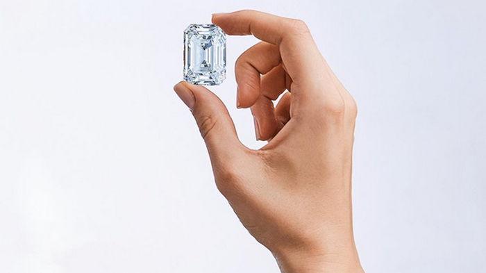 Россия продаст на аукционе крупнейший бриллиант (видео)