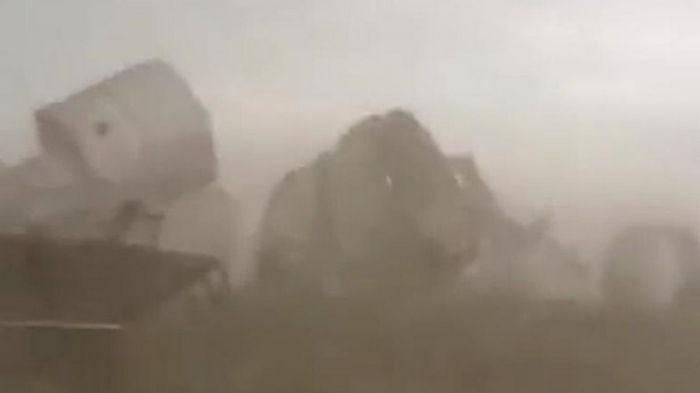 На Алтае ураган сдул зернохранилище (видео)