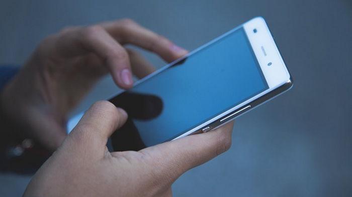 За десятками тысяч людей могли следить через смартфоны - СМИ