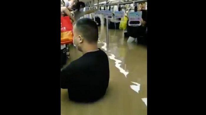 В Китае ливни затопили тоннель метро, 12 погибших