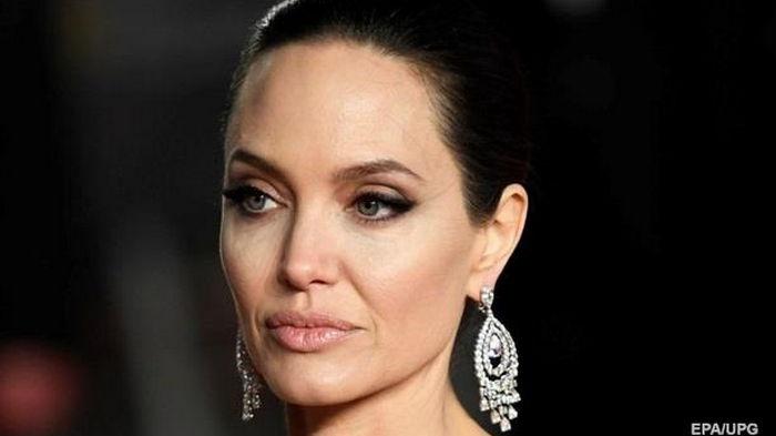 Джоли добилась отстранения судьи, который пошел навстречу Питту
