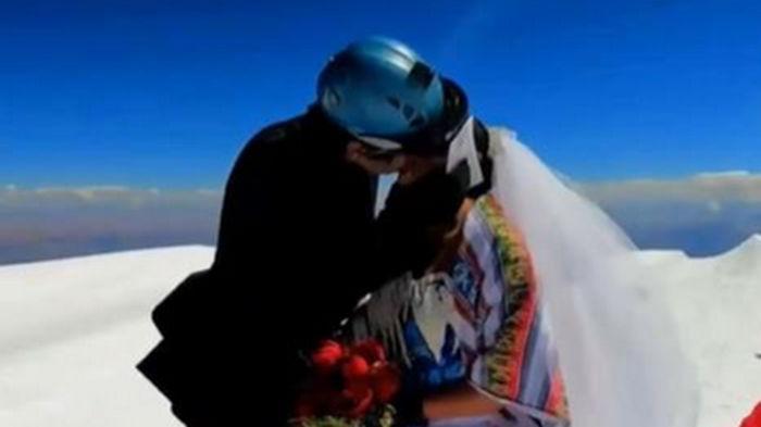Пара из Боливии поженилась на самой высокой горе в Андах (видео)