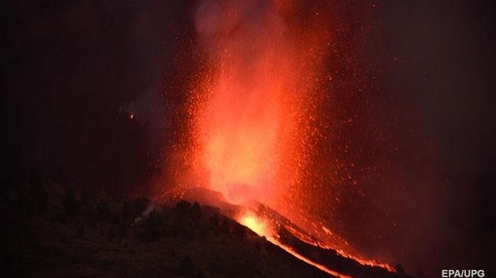 На Канарских островах закрыли аэропорт из-за извержения вулкана