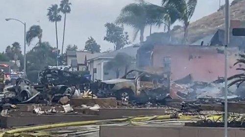 В Калифорнии легкомоторный самолет упал на жилые дома, есть погибшие и раненые